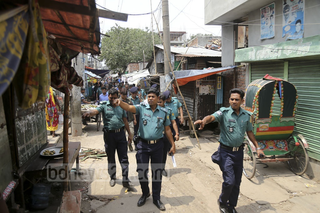 Police raid the Dhaka South City Corporation Staff Quarters next to the RAB-10 office at Dhalpur in the capital's Jatrabarhi as part of a countrywide anti-drug crackdown on Monday. Photo: Mahmud Zaman Ovi