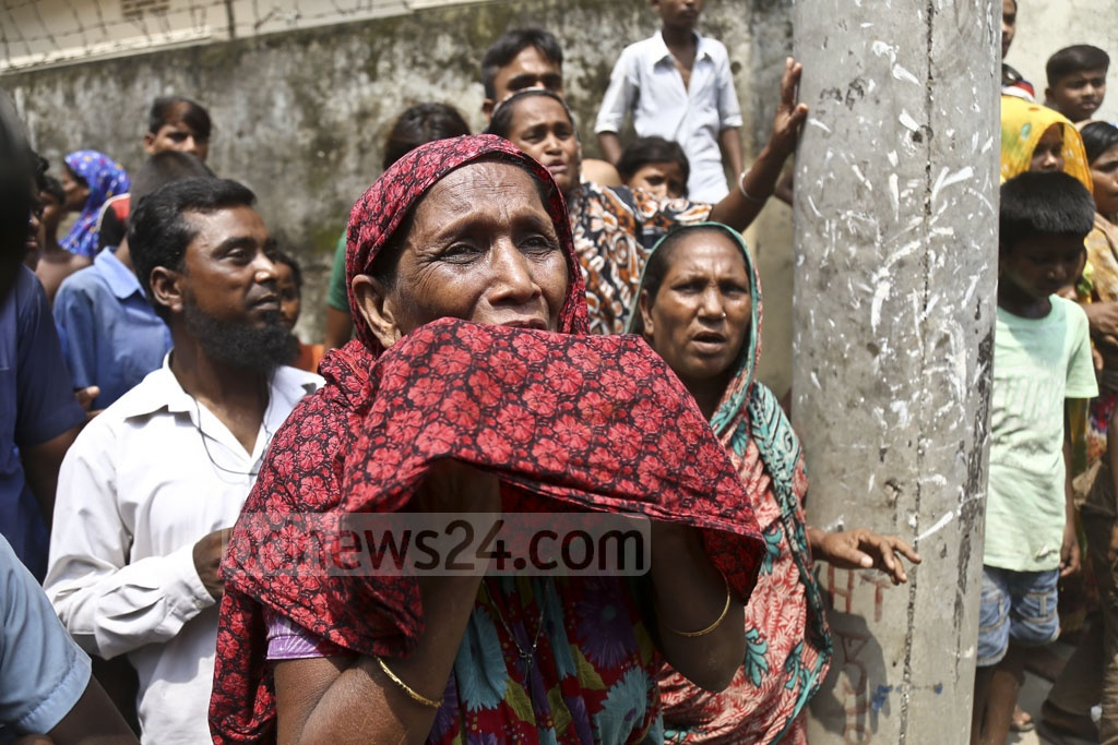 Relatives cry as police arrest suspects during an anti-drug raid on a slum at Dhalpur in the capital's Jatrabarhi as part of a countrywide crackdown on Monday. Photo: Mahmud Zaman Ovi