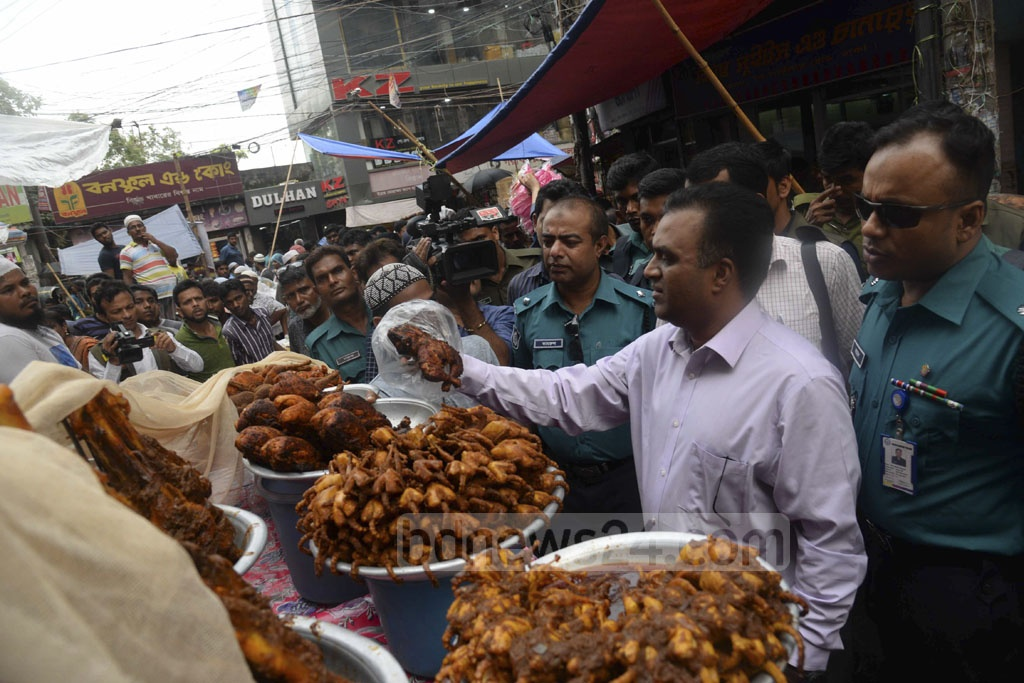 A mobile court conducting a drive against contaminated food on Iftar shops at Chawkbazar in Old Dhaka on Monday..
