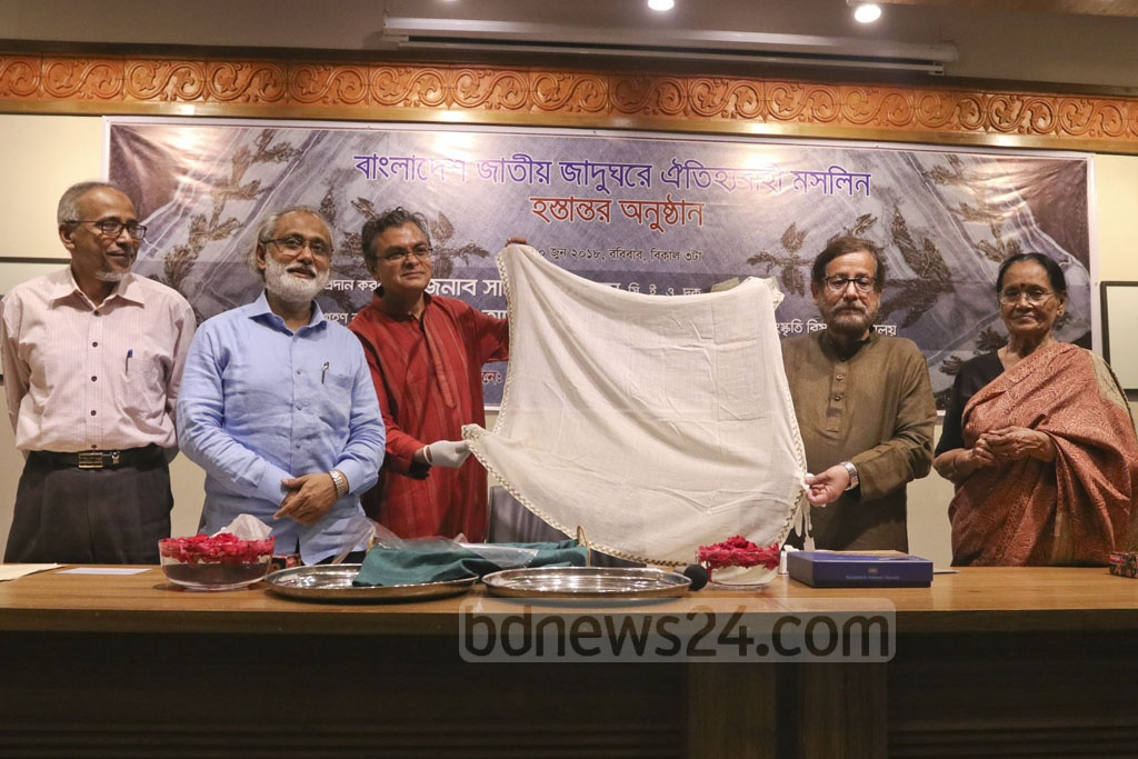 Drik Picture Library has given a piece of Bengal's traditional muslin to enrich the collection of the national museum. Culture Minister Asaduzzaman Noor accepted the gift on Sunday.