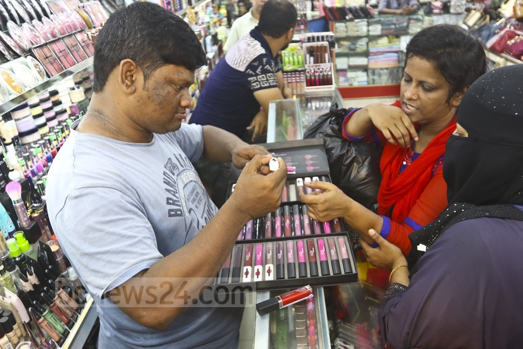 Vendors selling cosmetics and ornaments at makeshift shops. Photo: Abdullah Al Momin