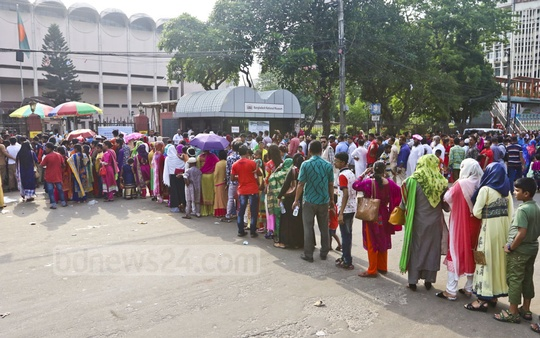 Visitors stand in long queues to get inside the National Museum, which was drawing large crowds on Sunday, the day after Eid. Photo: Abdullah Al Momin