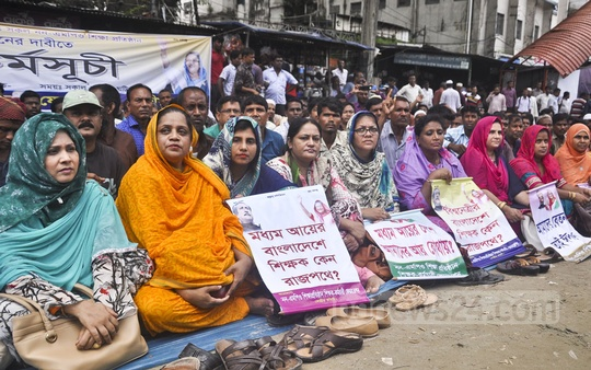 Non-MPO Educational Institutions' Teachers and Employees Federation stages a sit-in in front of the National Press Club in Dhaka on Thursday, demanding monthly pay for their institutions.