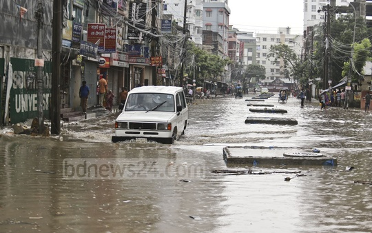 Malibagh's Chowdhurypara area is waterlogged after a few hours of rain on Saturday. Photo: Mahmud Zaman Ovi