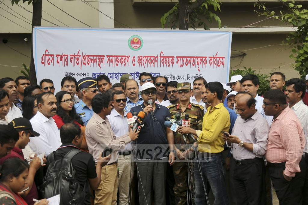 Dhaka South City Corporation Mayor Sayeed Khokon launches a campaign to find and destroy aedes mosquito larvae in Dhaka's Satmasjid Road on Monday. Photo: Mahmud Zaman Ovi