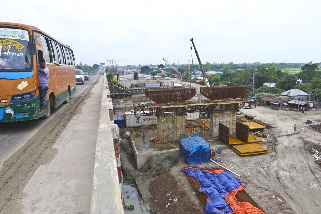 Two new bridges over the Dhaleshwari river are being constructed beside the old Jora Bridge on the Dhaka-Mawa highway. Photo: Abdullah Al Momin