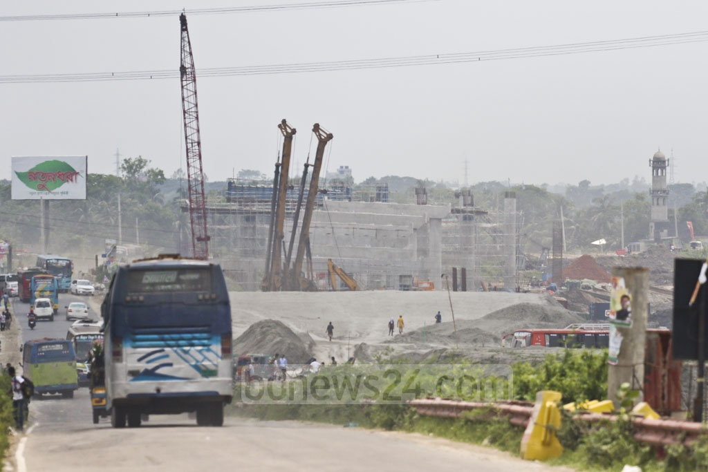 The construction of a railway overpass at Kuchiamora on the Dhaka-Mawa highway is ongoing. Photo: Abdullah Al Momin