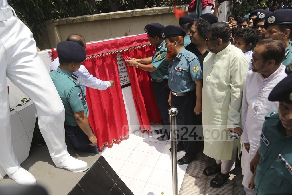 Dhaka Police Commissioner Asaduzzaman Mia inaugurates the 'Dipto Shopoth' statue near Gulshan's Old Police Station intersection on Sunday to commemorate Detective Branch Police Assistant Commissioner Rabiul Karim and Banani Police Station OC Md Salauddin Khan, who were killed during the Gulshan attack two years ago. Photo: Mahmud Zaman Ovi