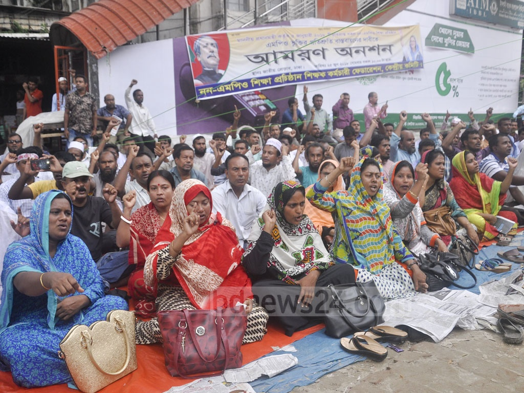 An organisation of non-government educational institutions observes hunger strike for an indefinite period in front of the National Press Club in Dhaka on Friday demanding the MPO for the institutions. Photo: Abdullah Al Momin