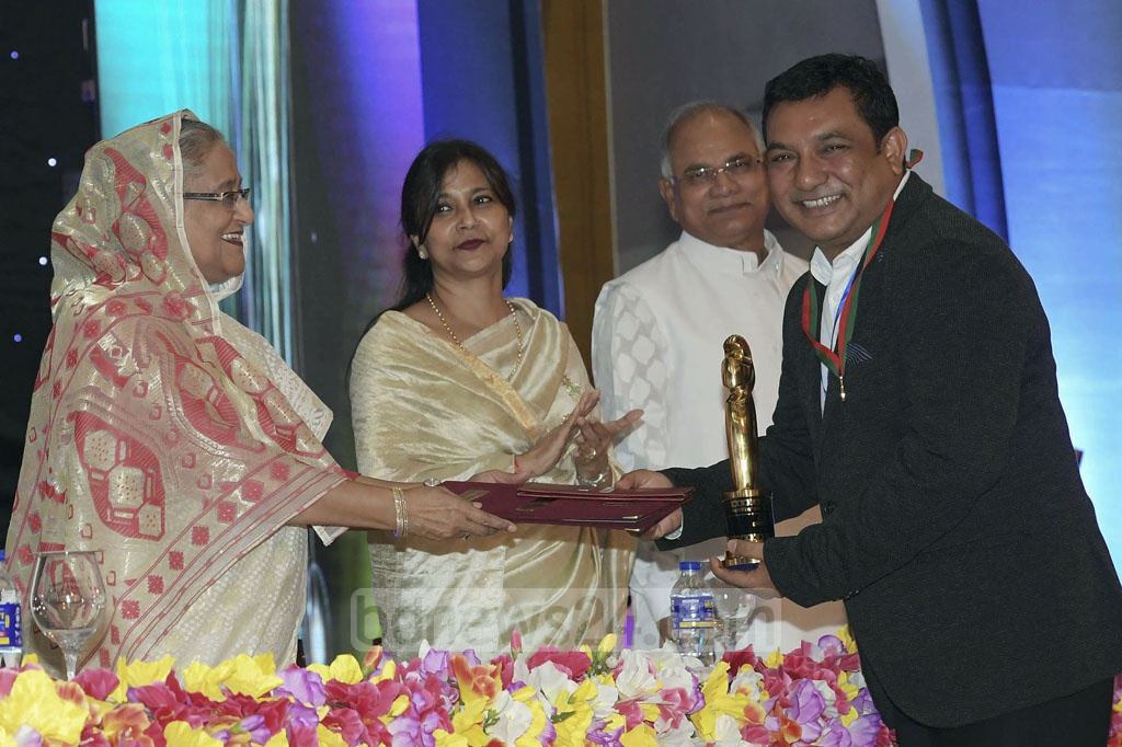Tauquir Ahmed receives the Best Screenwriter award from Prime Minister Sheikh Hasina.