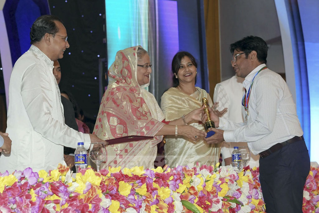 Shahiduzzaman Selim receives the Best Actor in a Negative Role award from Prime Minister Sheikh Hasina.