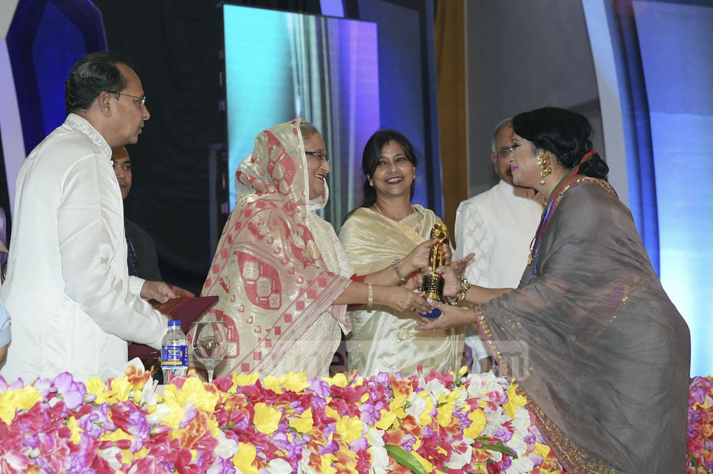 Tania Ahmed receives the Best Supporting Actress award from Prime Minister Sheikh Hasina.