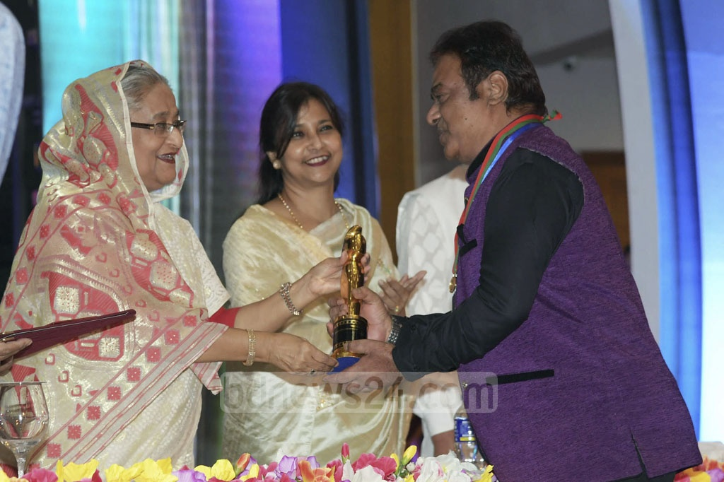Ali Raj receives the Best Supporting Actor award from Prime Minister Sheikh Hasina.