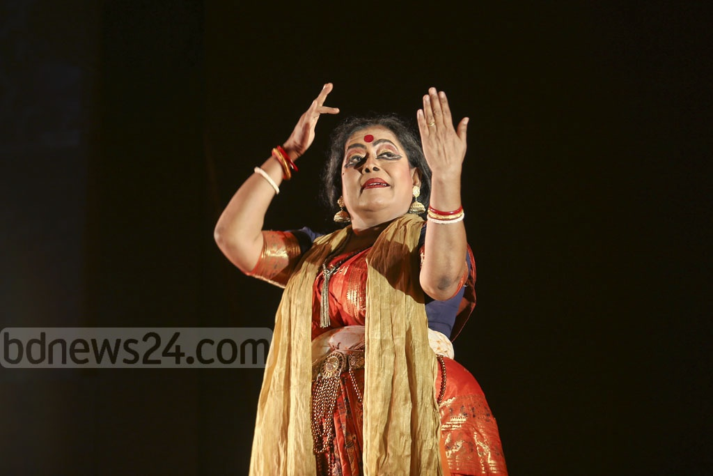 Mahua Mukherjee of the Rabindra Bharati University performing a dance drama on Buddhacharita at an event organised by the Indira Gandhi Cultural Centre at the National Museum in Dhaka on Monday. Photo: Mahmud Zaman Ovi