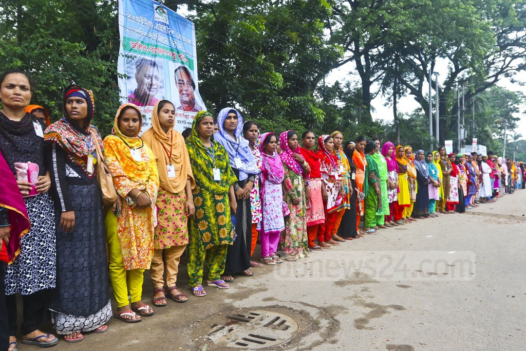 Jago Bangladesh Garments Shramik Federation forms a human chain in front of the National Press Club on Thursday, demanding back pay and the reopening of Badhan Corporation, a shuttered factory in Ashulia. Photo: Abdullah Al Momin