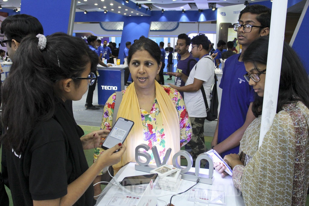 Visitors flock to the smartphone and tab exposition at the Bangabandhu International Conference Centre in Dhaka on Thursday. Photo: Asif Mahmud Ove