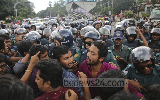 Police obstruct members of Pragatisheel Chhatra Jote, an alliance of left-leaning student organisations, at Shahbagh intersection in Dhaka on Sunday while they were marching to submit a memorandum to Prime Minister Sheikh Hasina, demanding reforms to the quota system.