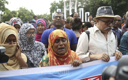 The mother of Rashed Khan, one of the leaders of quota reform protests, joins a human-chain programme at Central Shaheed Minar demanding release of the protesters on Sunday afternoon. Photo: Mahmud Zaman Ovi