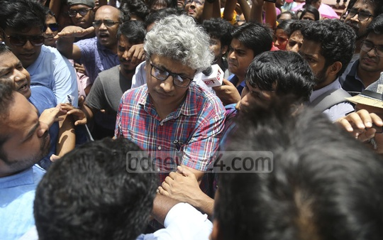 Dhaka University teachers who joined a student demonstration demanding release of quota reform protesters were assaulted allegedly by pro-government BCL activists on Sunday. Photo: Mahmud Zaman Ovi