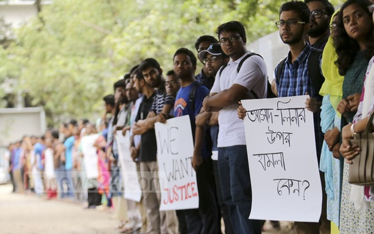 Dhaka University students protest the attacks on two economics students in front of the Social Science Faculty on Monday. Photo: Mahmud Zaman Ovi
