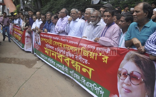 BNP Secretary General Mirza Fakhrul Islam Alamgir addressing a human chain organised by the Sammilito Peshajibi Parishad for the release and treatment of jailed party chief Khaleda Zia in front of the National Press Club in Dhaka on Wednesday. Photo: Abdullah Al Momin