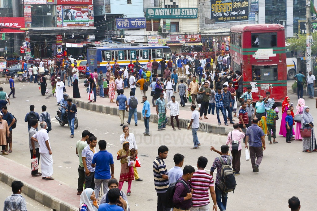 Commuters scramble to get on a bus in Farmgate after office hours on Thursday as a lack of public transport hit the capital on the last working day of the week.