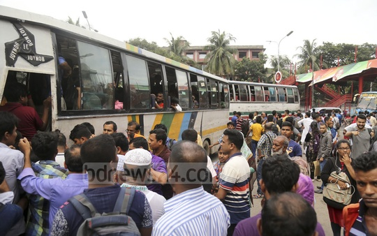 Commuters suffer due to the scarcity of public transports in Dhaka on Saturday afternoon as the police restrict traffic during a reception organised for Prime Minister Sheikh Hasina by the Awami League. Photo: Mahmud Zaman Ovi