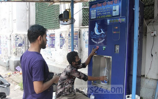 A private company supplies drinking water at Tk 2 a litre to patients and relatives in some hospitals in Dhaka. A water purifier has been installed at the Dhaka Medical College Hospital. Photo: Asif Mahmud Ove