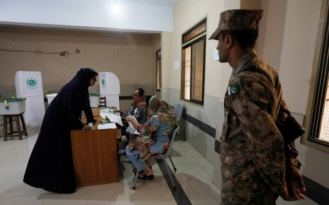 A woman arrives to vote at a polling station during general election in Karachi, Pakistan July 25, 2018. REUTERS/Akhtar Soomro