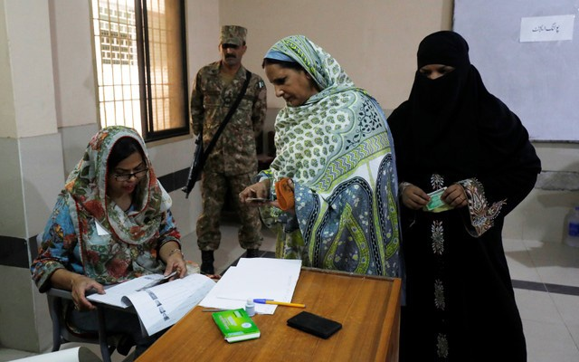 Women arrive to vote at a polling station during general election in Karachi, Pakistan July 25, 2018. REUTERS/Akhtar Soomro০