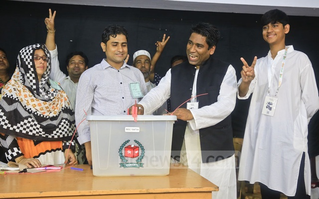 Serniabat Sadiq Abdullah, the Awami League's mayoral candidate in the Barishal City Corporation election, casts his vote at the Barishal College polling centre on Monday. Photo: Mostafigur Rahman
