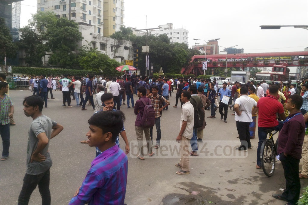 Student protesters block the road in Banani on the eighth consecutive day of demonstrations for safer roads. Photo: Asif Mahmud Ove