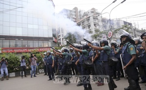 Students demanding safe roads clashed with the police in Dhanmondi on Sunday.