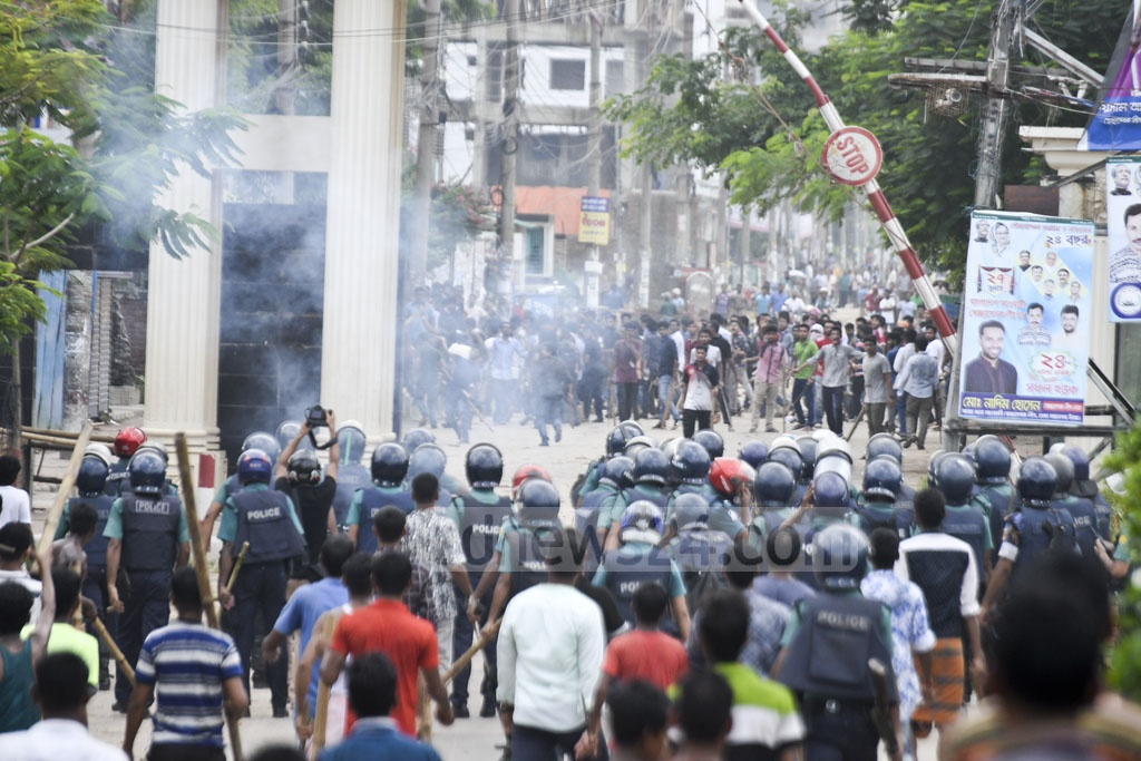 Police and outsiders clash with students protesting for safer roads at East West University in Dhaka's Rampura and Aftabnagar. Photo: Mostafigur Rahman
