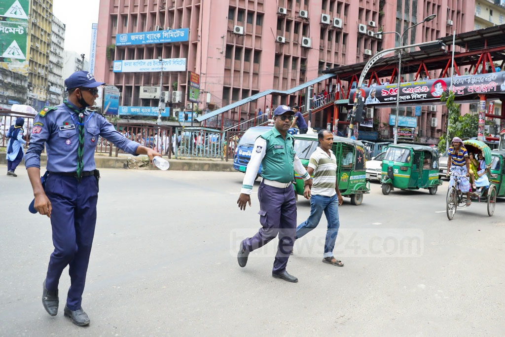 Dhaka Metropolitan Police set up mobile court in the capital's Motijheel on Thursday to prevent jaywalking.
