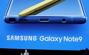 DJ Koh, Samsung's Mobile Communications Division President and CEO, holds up the new Samsung Galaxy Note 9 during a product launch event in Brooklyn, New York, US, August 9, 2018. Reuters