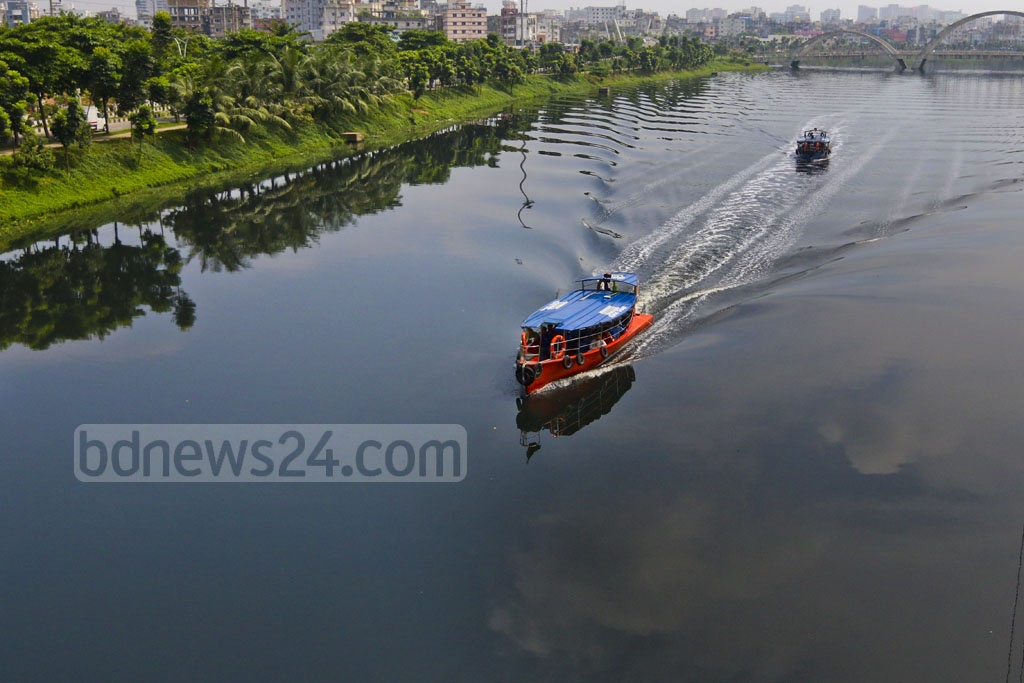 The water of Hatirjeel lake, one of the major recreation points of Dhaka, has turned black and stinky due to pollution. Photo: Abdullah Al Momin