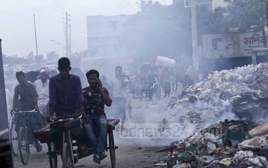 A burning pile of garbage on the roadside of Swarighat Beribadh in Old Dhaka releases toxic smoke in the neighbourhood. Photo: Mahmud Zaman Ovi