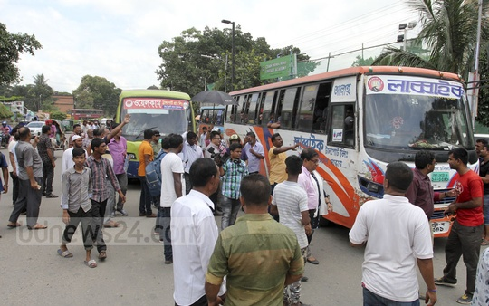 A mobile court of Bangladesh Road Transport Authority, aided by the representatives of Dhaka Road Transport Owners Association, checks licences and other relevant documents of vehicles on Manik Mia Avenue on Tuesday. Photo: Asif Mahmud Ove