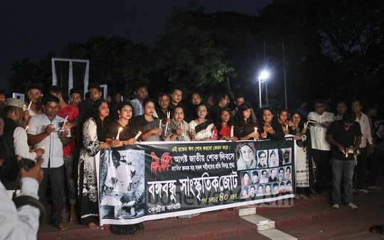 Bangabandhu Sangskritik Jote organised a candlelit vigil at the Central Shaheed Minar in Dhaka on Wednesday to commemorate Bangabandhu and most members of his family killed in the Aug 15, 1975 massacre. Photo: Asif Mahmud Ove