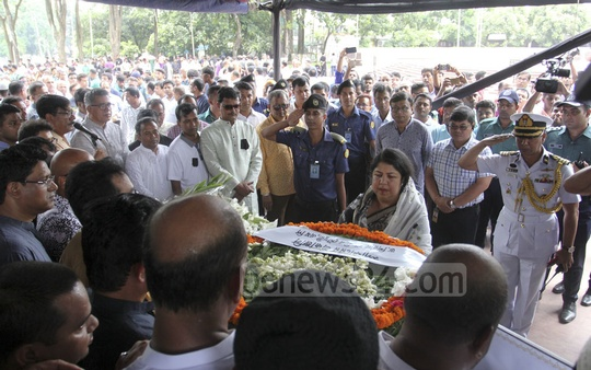 Speaker Shirin Sharmin Chaudhury paying tributes to veteran editor Golam Sarwar at the Central Shaheed Minar premises on Thursday.