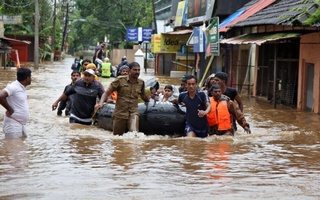 Rescuers evacuate people from a flooded area to a safer place in Aluva in the southern state of Kerala, India, Aug 18, 2018. Reuters