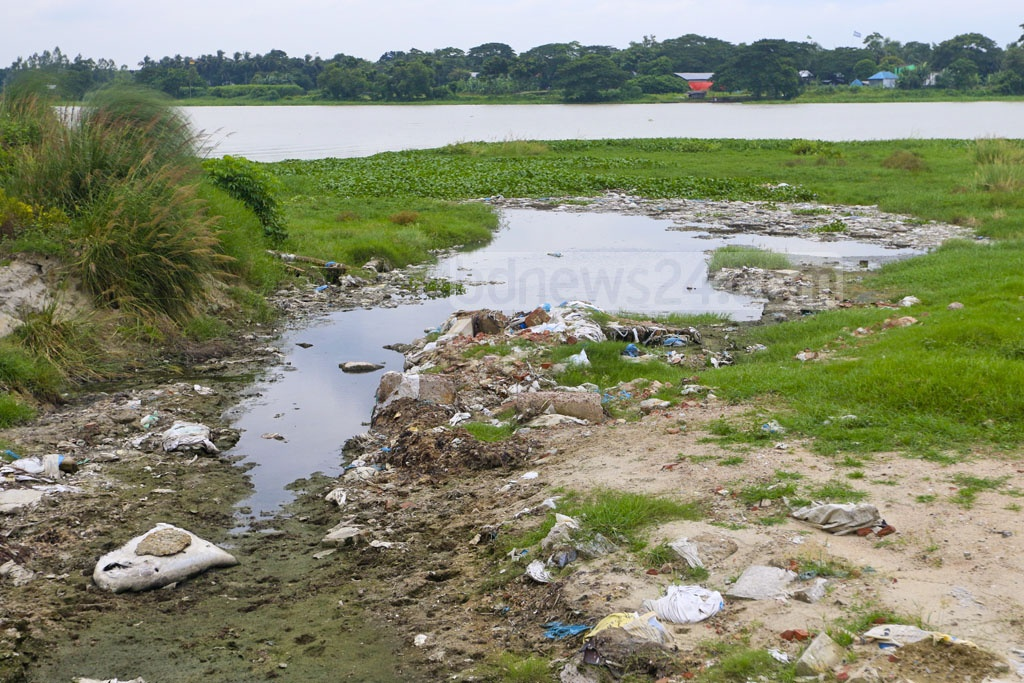 Liquid chemical wastes from the tanneries in Savar are flowing directly to the Dhaleshwari river. Photo: Abdullah Al Momin