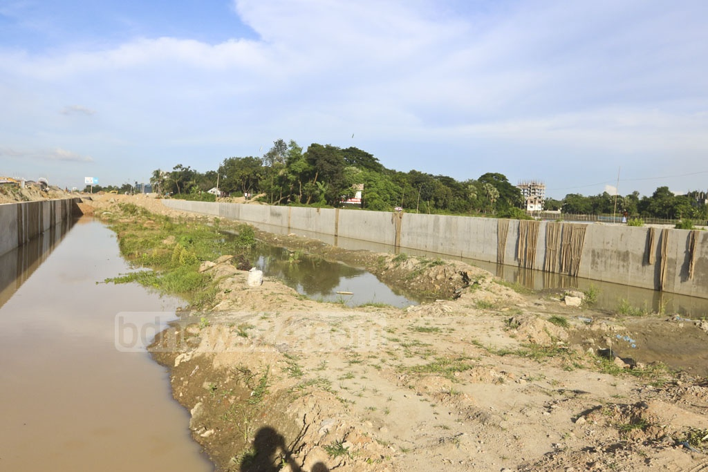 Work for digging a 100-foot wide canal on both sides of the Kuril-Purbachal Link Road under the supervision of Bangladesh Army is in progress. Photo: Abdullah Al Momin