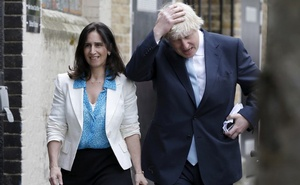 FILE PHOTO: London mayor Boris Johnson, with his wife Marina, arrive to cast their vote in Islington in London, Britain May 7, 2015. Reuters