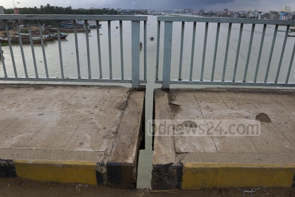 MIND THE GAP: An expansion joint on the Bangladesh-China Friendship Bridge in Postogola in Dhaka has lost its rubber, leaving pedestrians at risk on the walkways. Photo: Abdullah Al Momin
