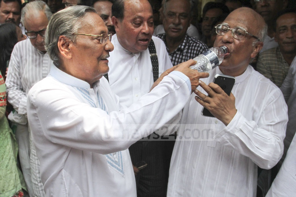 Former vice-chancellor of Dhaka University Prof Emajuddin Ahmed made the BNP leaders and activists drink water to break their hunger strike in Dhaka on Wednesday. The party staged the hunger strike for the release of Chairperson Khaleda Zia. Photo: Asif Mahmud Ove