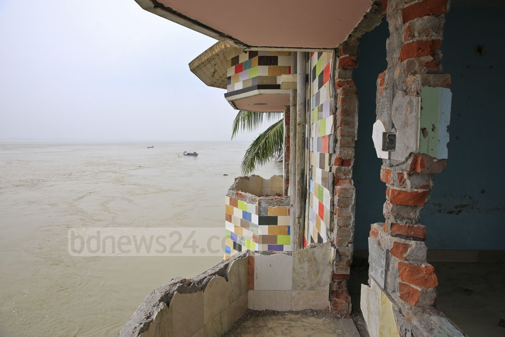 A building in Naria is under threat from Padma river erosion. Photo: Mostafigur Rahman