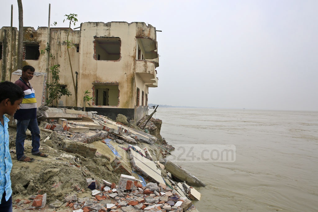 Over 5,000 families have had their homes and livelihoods destroyed by the strong currents of the Padma River. Photo: Mostafigur Rahman