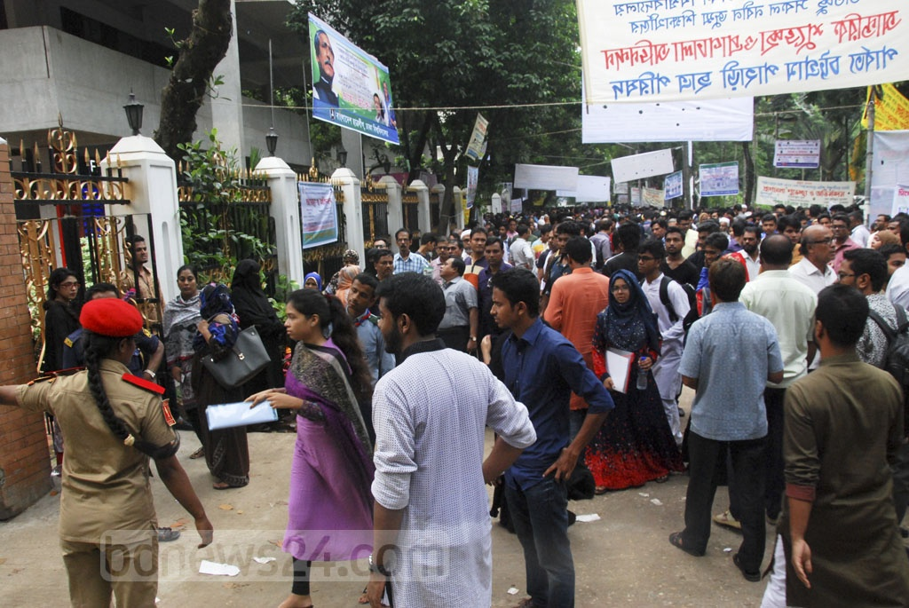 Students taking Dhaka University's 'Ga' unit admission test for the Faculty of Business Studies.